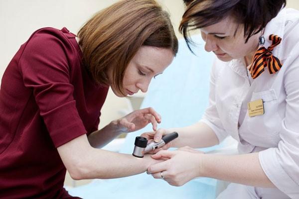 осмотр и проведение дерматоскопии