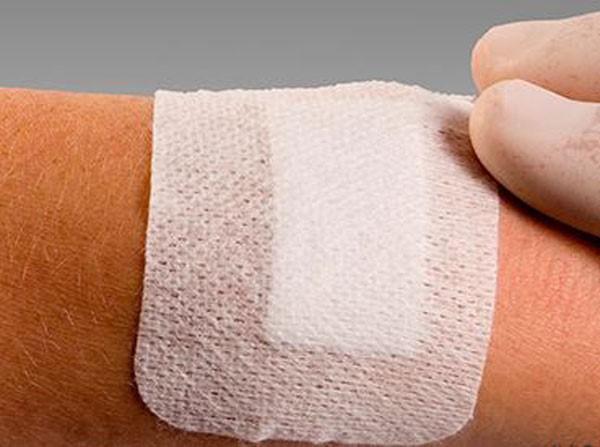 накладывание повязки после обработки раны