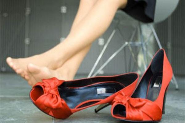 ношение тесной обуви может спровоцировать появление наростов