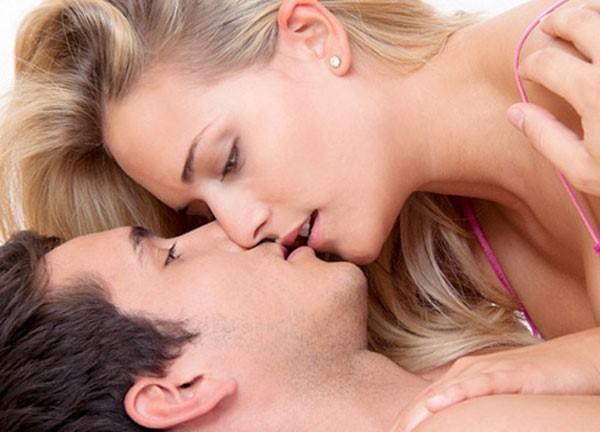 вирус может передаваться при поцелуе