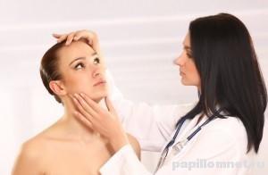 Фото доктора осматривающего девушку на предмет наличия бородавки