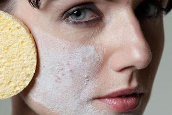 после очищения кожи на лицо наносят болтушку