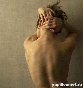 Фото спины девушки к статье о причинах появления бородавок