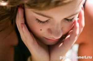 Фото лица девушки с родинкой на щеке